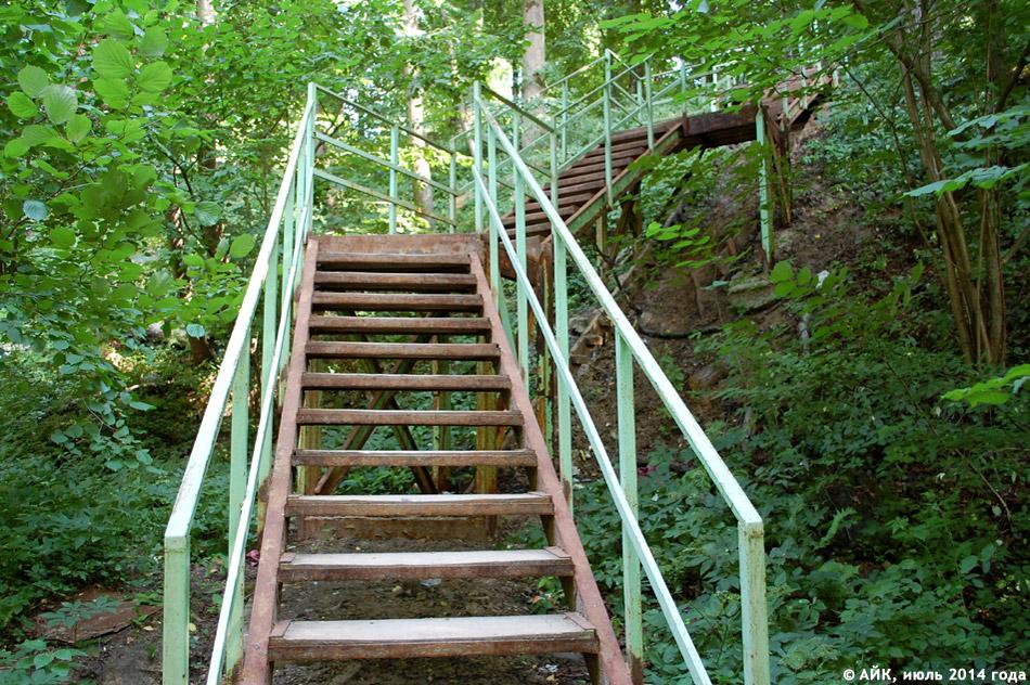 Лестница на склоне Репинского оврага в городе Обнинске