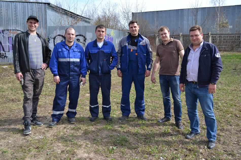 Роман Георгиевич Анциферов вместе с коллегами из компании «РусЛифт-Обнинск» во время субботника (13 апреля 2016 года)