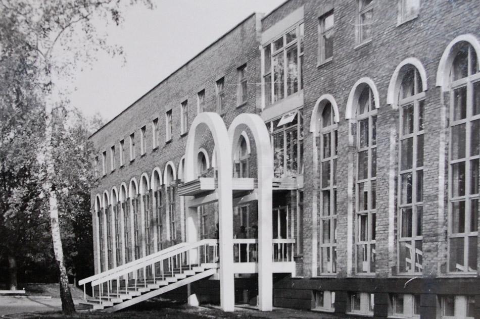 Внешний вид здания автошколы «СТК РОСТО» (ДОСААФ) в городе Обнинске в советское время