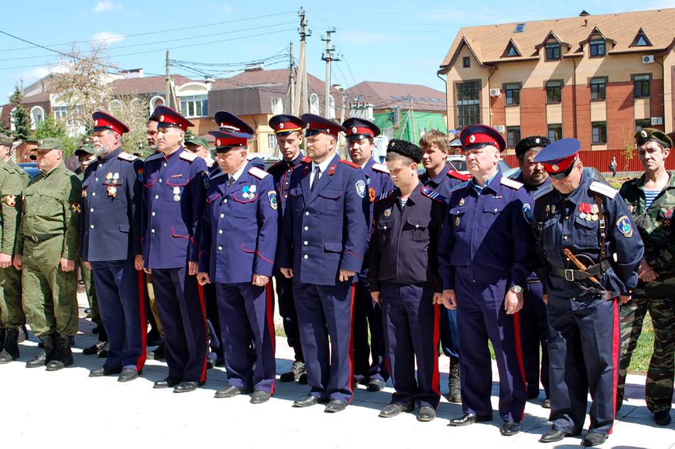 Сергей Павлович Мельницкий с группой казаков около памятного знака «Георгиевский крест»
