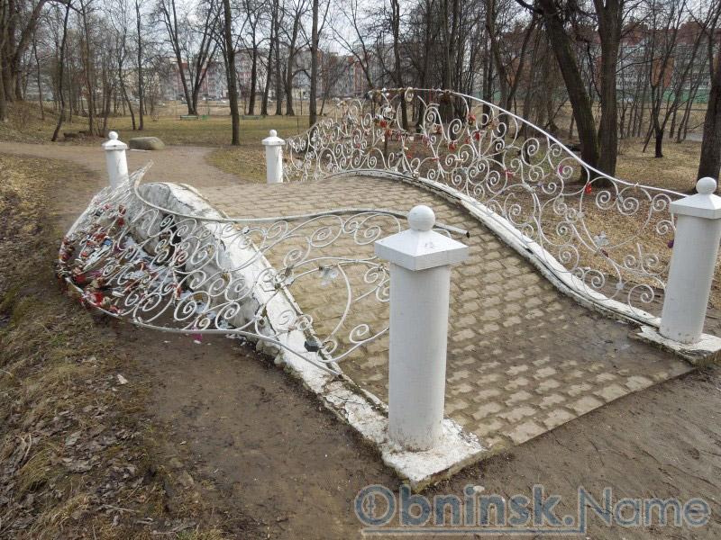 Вандалы сломали свадебный мост в парке усадьбы «Белкино»