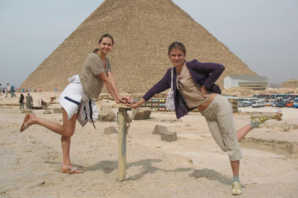 Татьяна Константиновна Филимонова с родственницей на фоне одной из египетских пирамид
