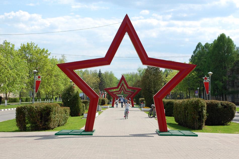 Праздничное украшение улицы Жукова в городе Обнинске в мае 2016 года
