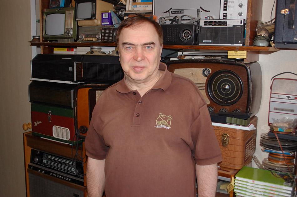 Василий Васильевич Мосолов на фоне домашней коллекции аппаратуры