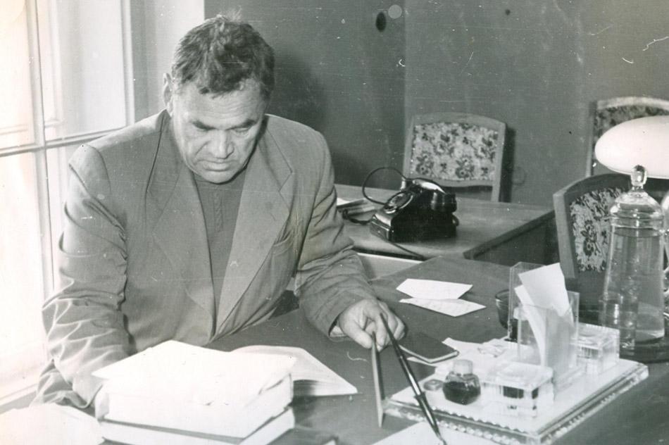 Владимир Николаевич Глазанов за столом с книгами (1960 год)