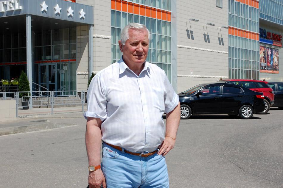 Владимир Петрович Писарцев в 2016 году около торгово-развлекательного комплекса «Триумф Плаза» в городе Обнинске