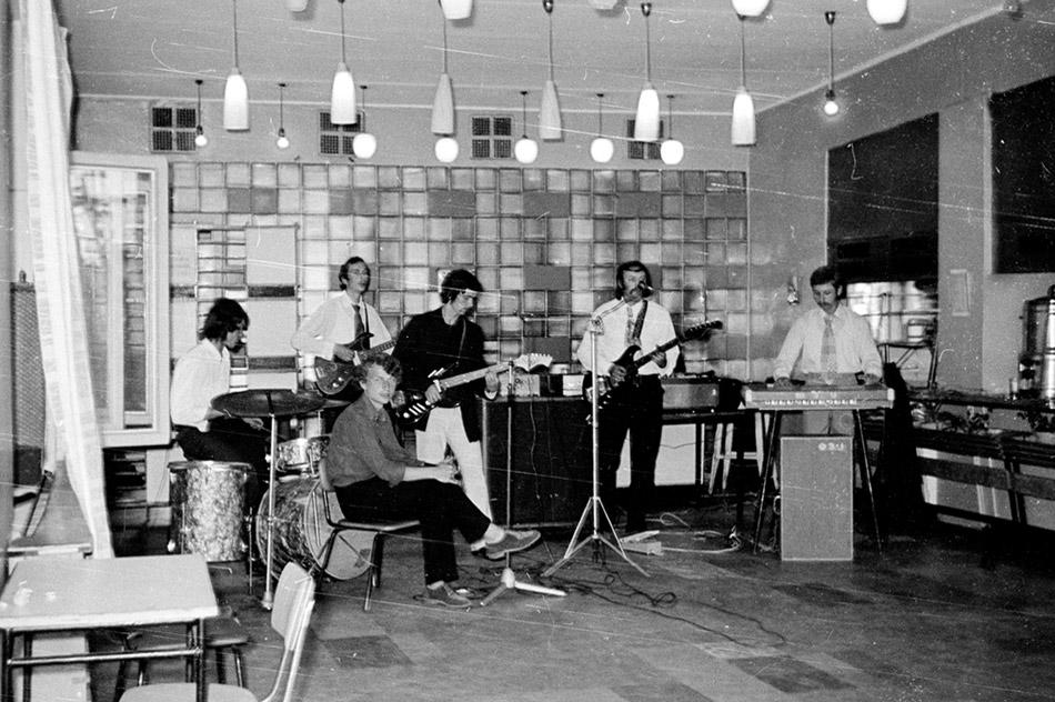 Кафе «Юность» в городе Обнинске: выступление музыкального коллектива