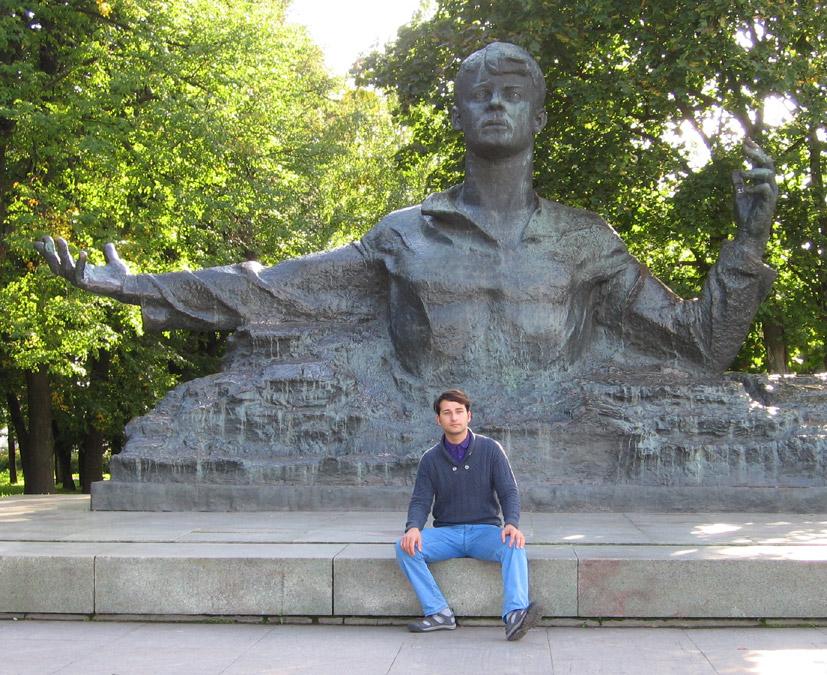 Юрий Сергеевич Охлупин около памятника Сергею Александровичу Есенину в Рязани