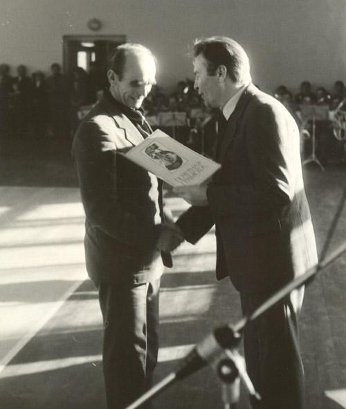Александр Ромашин награждает сотрудника Желудкова Дмитрия Дмитриевича, лежавшего на битом стекле в рамках своего выступления